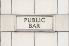 Знак общественного бара паба на белой предпосылке кирпича Стоковые Фотографии RF