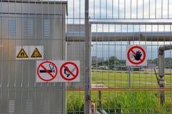 Знак огнеопасный на загородке промышленного объекта стоковое фото