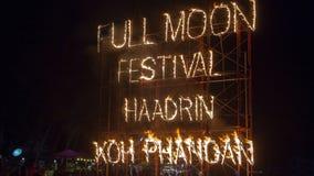 Знак огня партии полнолуния на пляже Haad Rin в Koh Phangan острова, Таиланде стоковые изображения