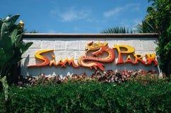 Знак логотипа парка Сиама между зеленым растением в Тенерифе, Испании стоковая фотография rf