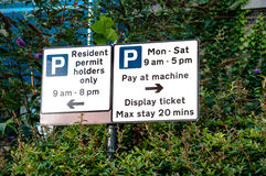 Знак ограничений стоянкы автомобилей Стоковая Фотография