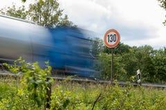 Знак 130 ограничения в скорости на автобане, шоссе Германии стоковые фотографии rf
