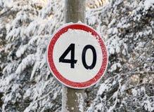 Знак ограничения в скорости на дороге леса Стоковая Фотография RF