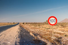 Знак ограничения в скорости на дороге Стоковое Изображение RF