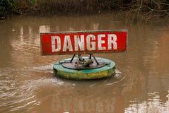 Знак опасности на быстром пропуская реке стоковые изображения rf