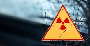 Знак опасности радиации против радиоактивных отходов, изображения с blured местом для вашего текста, космоса экземпляра, вашего т Стоковая Фотография RF
