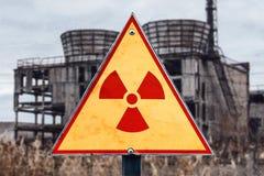 Знак опасности радиации против радиоактивных отходов на предпосылке здания, изображения с местом для вашего текста, космоса экзем Стоковые Фотографии RF
