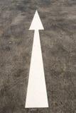 Знак дорожного движения прямой стрелки Стоковое фото RF