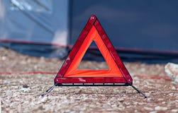 Знак отражательного красного автомобиля треугольника вспомогательный бдительный Стоковая Фотография