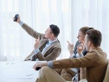Знак офиса бизнесмена работы Selfie успешный одобренный Стоковая Фотография