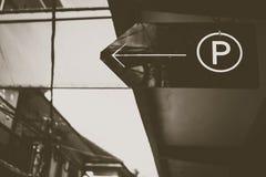 Знак парка для тона предпосылки автостоянки черно-белого стоковое фото rf