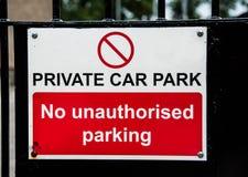 Знак парка частной машины на стробе металла Стоковые Изображения RF