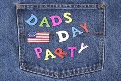Знак партии дня папы деревянный на карманн голубых джинсов Стоковое Изображение