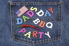 Знак партии BBQ дня папы деревянный на карманн голубых джинсов Стоковая Фотография RF