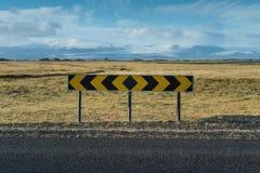 Знак перекрестка с предпосылкой горы снега Стоковая Фотография