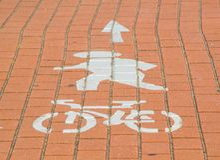 Знак пешехода и пути цикла красил на поверхности красного кирпича стоковые изображения rf