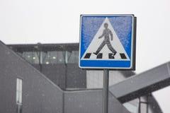 Знак пешеходного перехода в Швеции Стоковые Фотографии RF