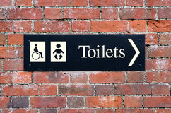 Знак показывая выведенный из строя туалет и младенец изменяют комнату Стоковое Изображение RF
