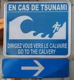 Знак показывая место убежища в случае цунами в маленьком городе Ste-Энн, к юго-западу от острова Мартиникы стоковое фото