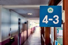 Знак показывая номер класса прикрепленный на стороне входа стоковые изображения rf