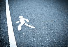 Знак покрашенный белизной на асфальте Люди идут шагнуть в финишную черту Не испуганный шагнуть над концепцией препятствий стоковое фото