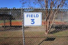 Знак поля 3 на загородке звена цепи от расстояния Стоковые Изображения