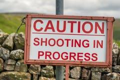 Знак: Предосторежение - стрельба в прогрессе стоковая фотография rf