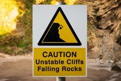 Знак: Предосторежение, утесы неустойчивых скал падая стоковые изображения rf
