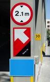 Знак предела высокий и поднимать вверх стрелку Стоковая Фотография