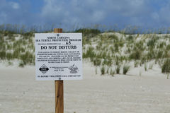 Знак предохранения от морской черепахи на пляже острова лысой головы, Северной Каролине, США Стоковое Изображение RF
