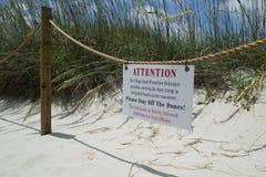 Знак предохранения от песчанной дюны на пляже острова лысой головы в Северной Каролине, США Стоковые Изображения