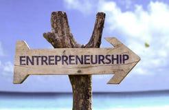 Знак предпринимательства деревянный с предпосылкой пляжа стоковая фотография rf