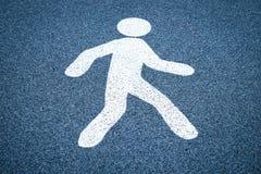 Знак прогулки, пешеходный знак улицы на влажном темном поле асфальта Стоковое Изображение RF