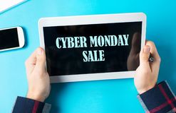 Знак продажи понедельника кибер на приборе таблетки Стоковое фото RF