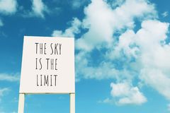 Знак против голубого неба с облаками с †текста «небо предел стоковые фото