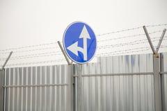 Знак прямого и левого поворота Стоковая Фотография RF