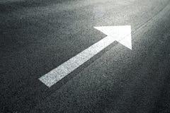 Знак прямой стрелки на солнечном поле дороги асфальта Стоковые Изображения RF