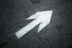 Знак прямой стрелки на асфальте Стоковые Фото