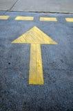 Знак прямой стрелки на дороге Стоковое Изображение RF