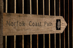Знак пути Норфолка дуба прибрежный против предпосылки волнистого железа Стоковое Фото
