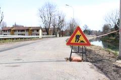 Знак работы в процессе Закрытая дорога, работа на обслуживании ремонта стоковая фотография rf