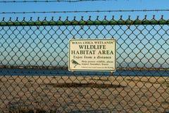 Знак района среды обитания живой природы на заболоченных местах Bolsa Chica Стоковая Фотография