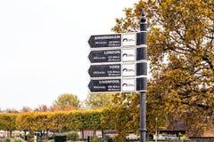Знак расстояния, таз Bancroft, Стратфорд на Эвоне, Уорикшире стоковые изображения rf