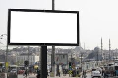 Знак рекламы и город и люди позади стоковое фото rf