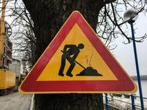 Знак ремонта дороги Дорога улицы под конструкцией Дорожные знаки на обочине вдоль дороги предупреждая о ремонте Стоковое Фото