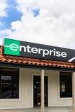 Знак Рент--автомобиля предприятия и изображение магазина вертикальное Стоковая Фотография RF