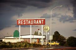 Знак ресторана вдоль трассы 66 стоковое изображение rf