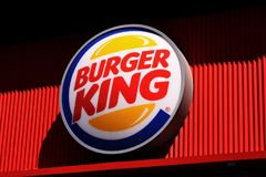 Знак ресторана гамбургера Burger King на здании Burger King американская глобальная цепь ресторанов фаст-фуда гамбургера он Стоковые Фотографии RF