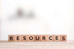 Знак ресурсов на деревянном столе Стоковая Фотография