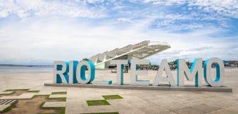 Знак Рио на квадрате Maua и музее завтра - Рио-де-Жанейро, Бразилии стоковая фотография